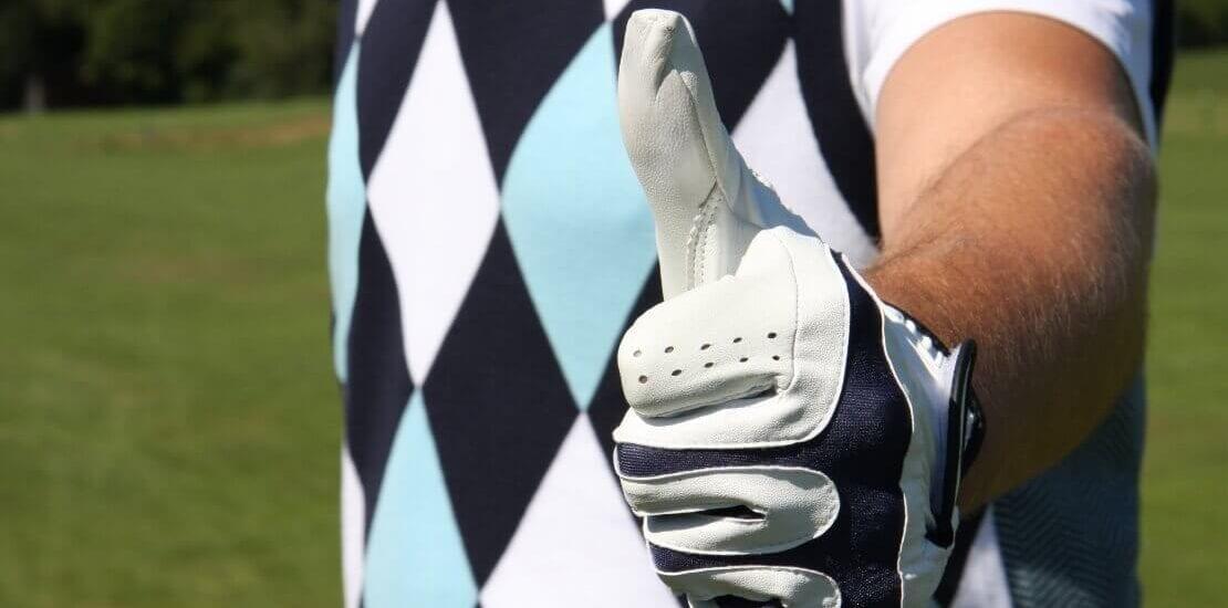 Ein Golfer zeigt Daumen hoch