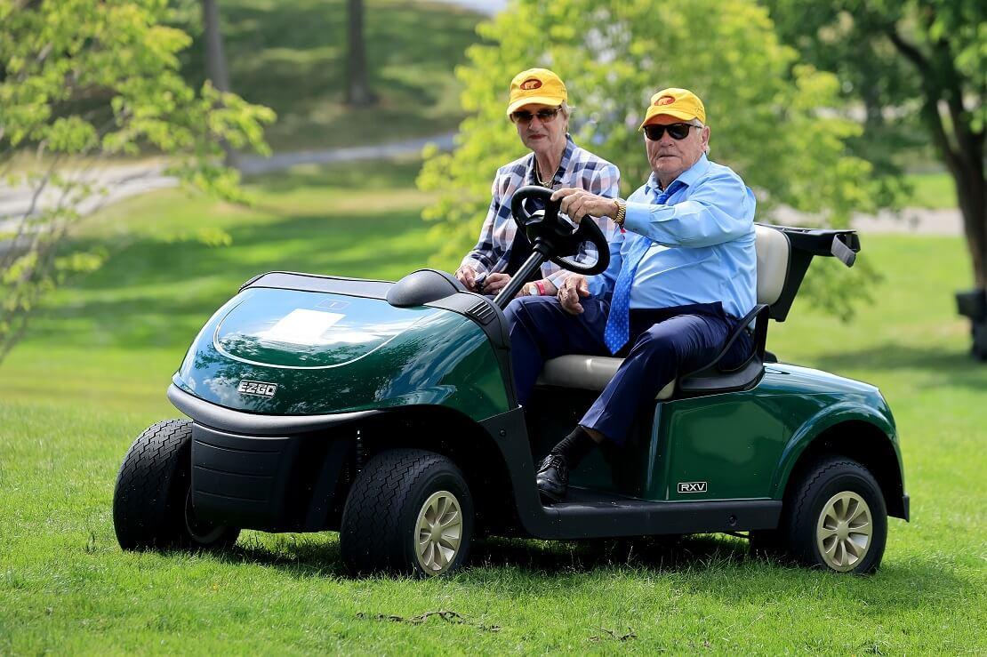 Jack Nicklaus und seine Frau Barbara auf einem Golfcart.