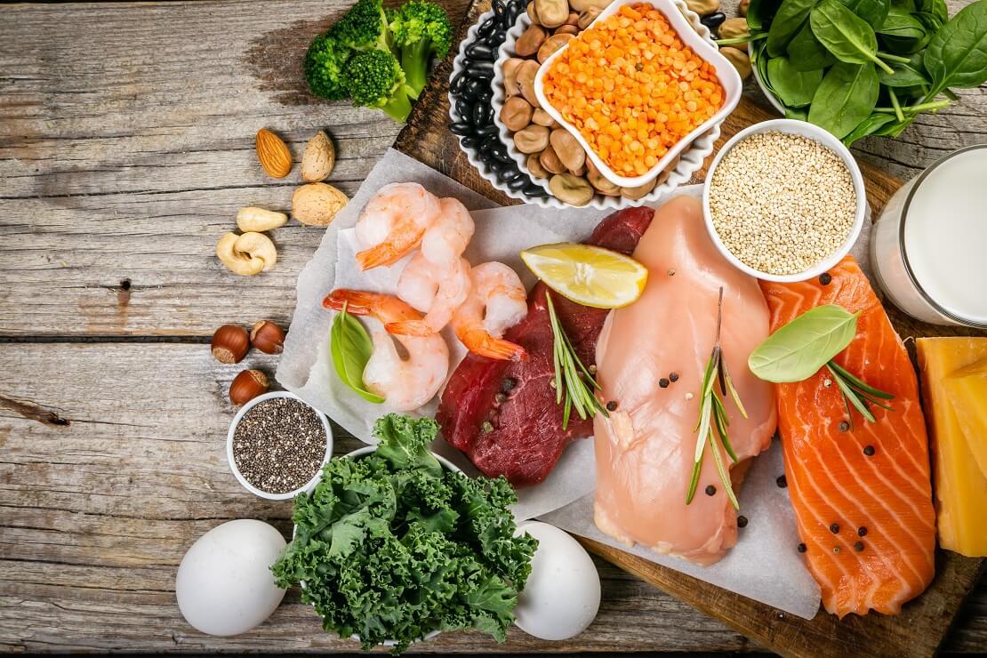 Lebensmitteln mit rohen Nahrungsmitteln auf einem Holzbrett