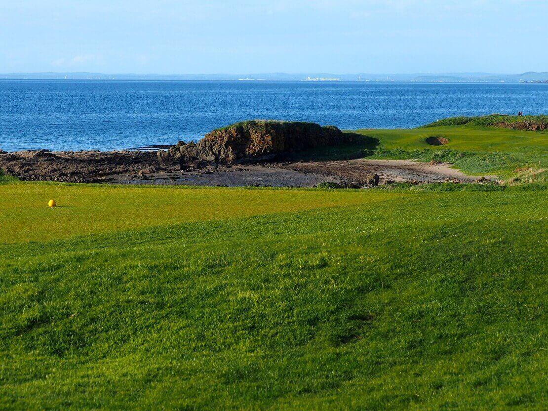 Grün des Turnberry Golf Club an der Westküste Schottlands mit Blick auf das Meer.