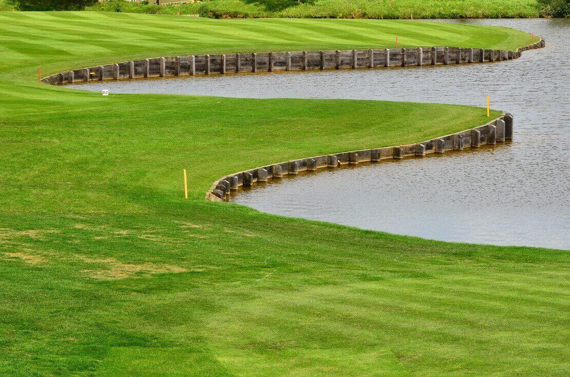 Wasserhinderniss auf dem Grün eines Golfplatzes