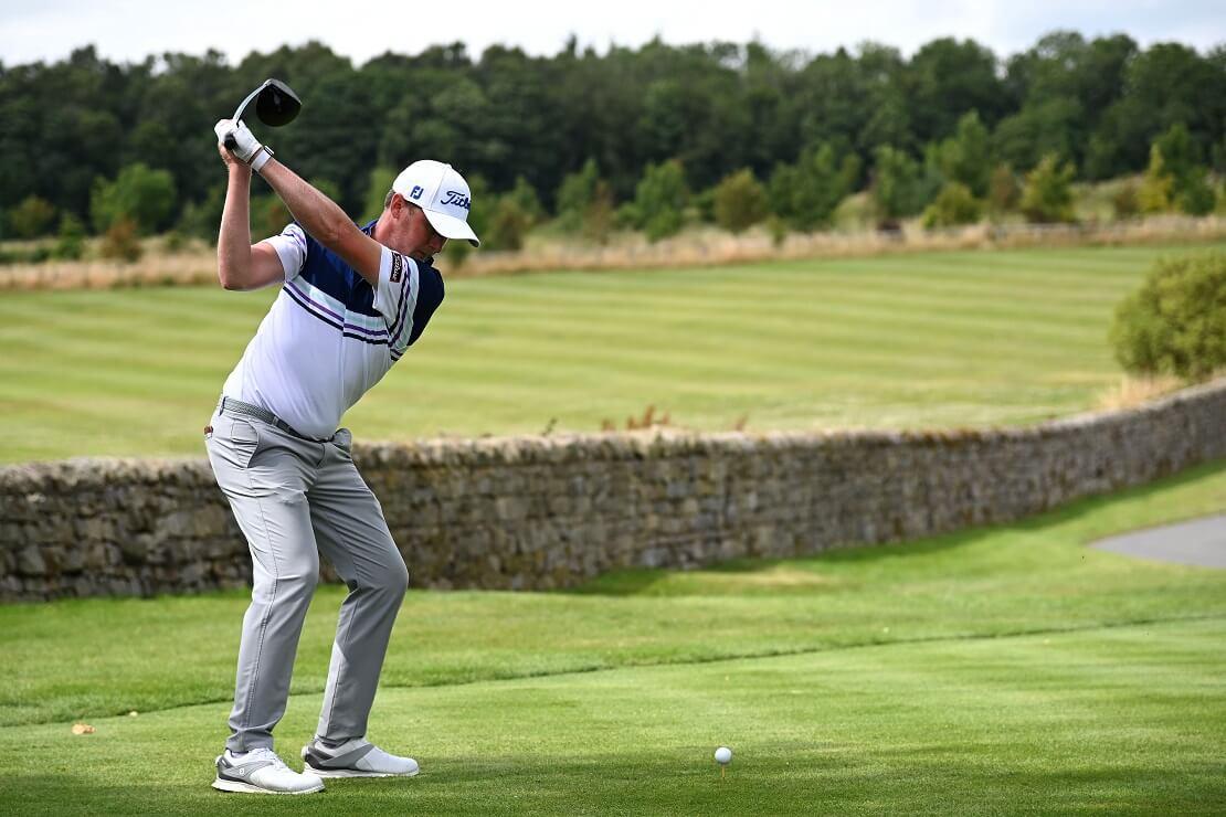 Justin Harding beim Abschlag auf dem Golfplatz