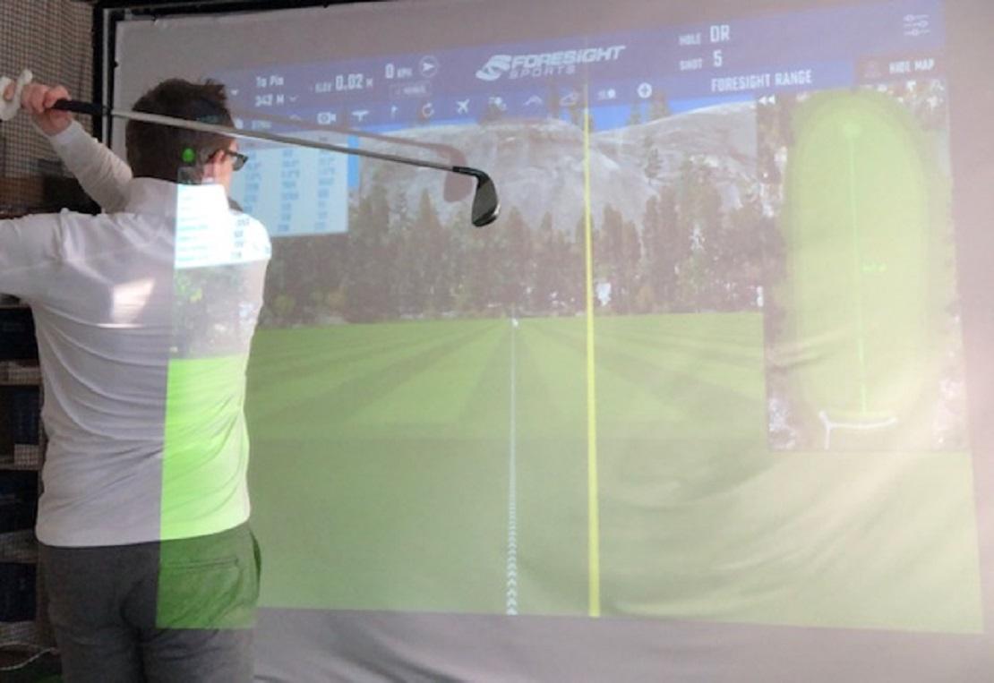 Golfer vor der Indoor-Golfanlage der Coursecrashers