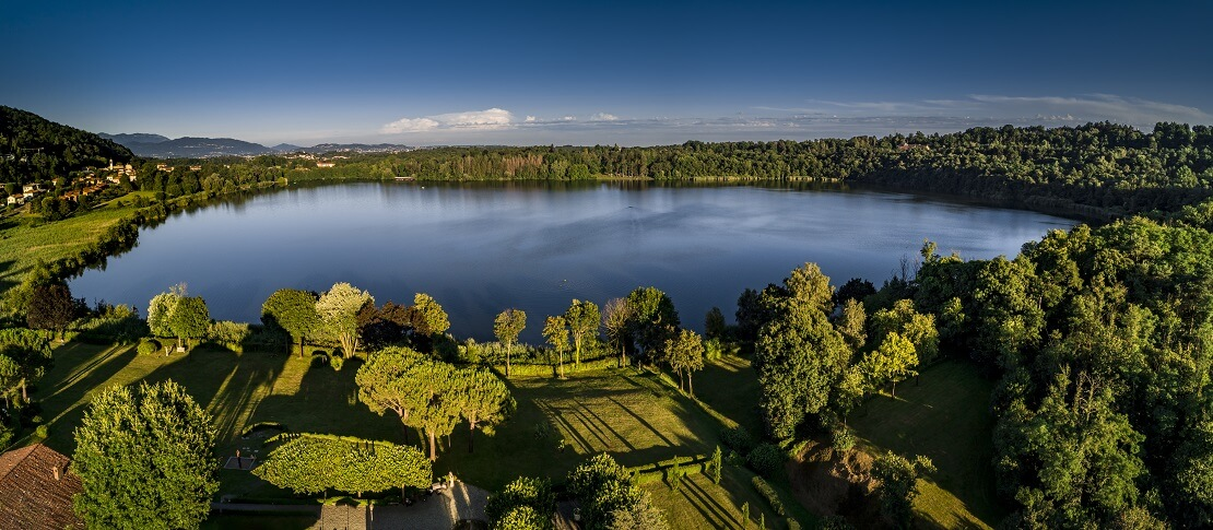 Lago di Montorfano aus der Vogelperspektive fotografiert
