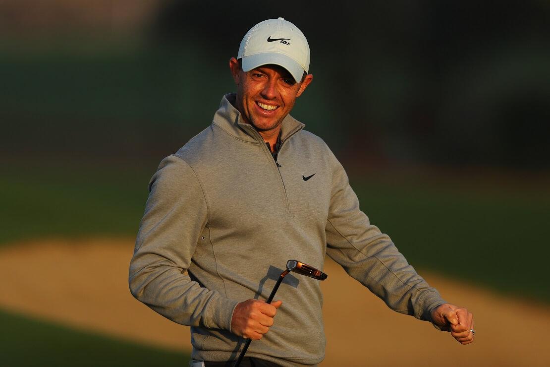 Rory McIlroy lacht im Sonnenlicht in die Kamera