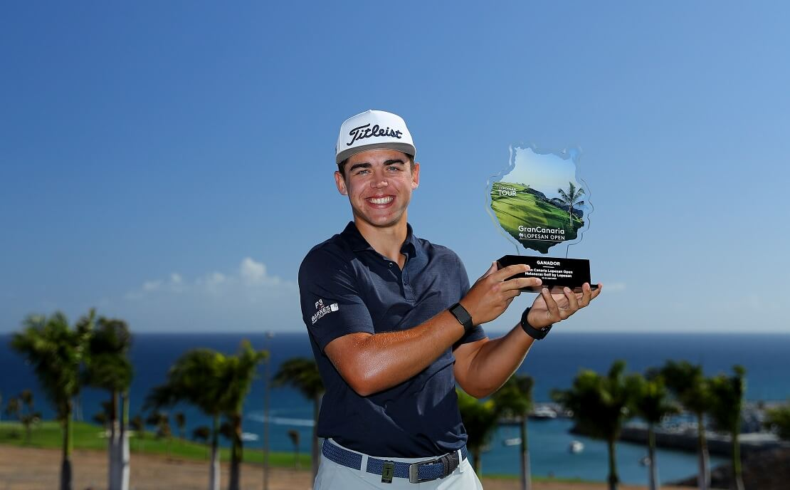 Garrick Higgo hält die Trophäe der Gran Canaria Lopesan Open