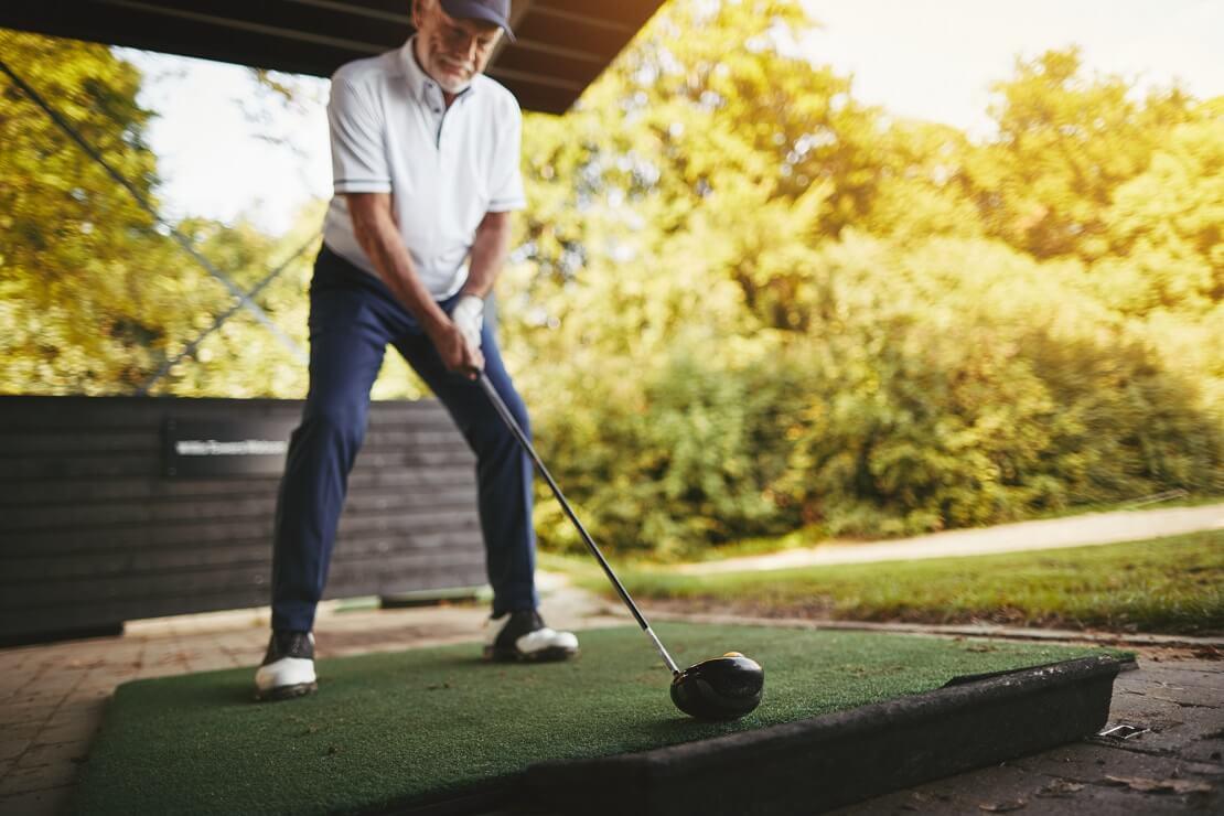 Senior Golfer übt mit dem Driver