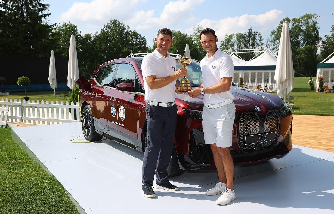 Martin Kaymer und Padraig Harrington vor einem BMW mit der Ryder-Cup-Trophäe