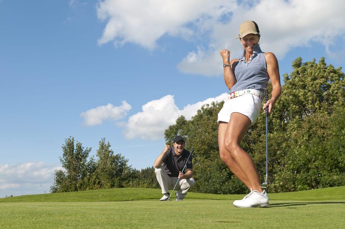 Golferin jubelt auf dem Golfplatz