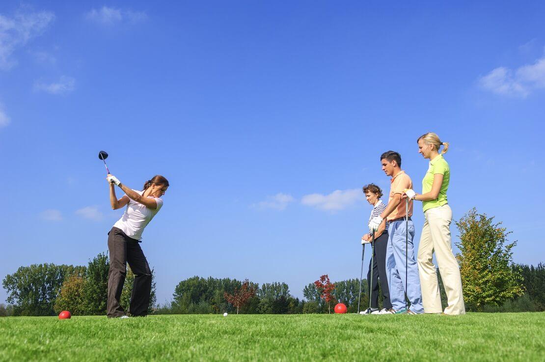 Vierer-Flight spielt gemeinsam Golf
