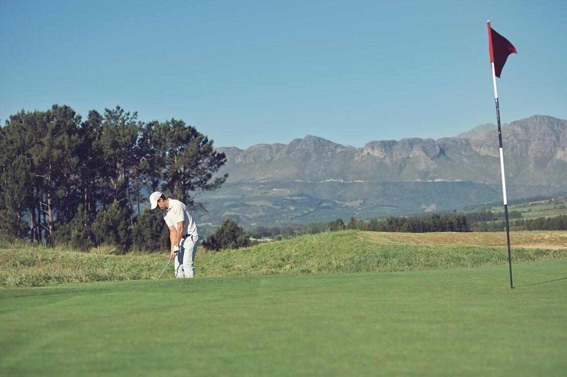 Golfer setzt zum Pitch an