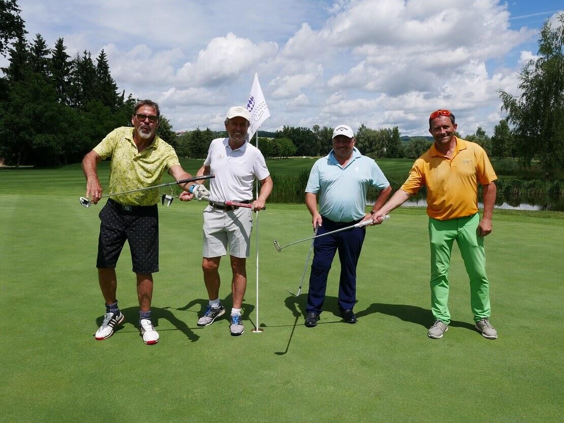 Sascha Hehn posiert mit Golfern