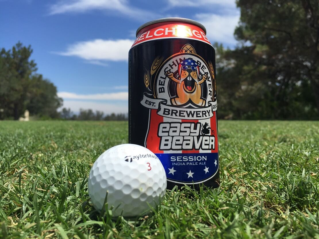Dosenbier und Golfball auf Rasen